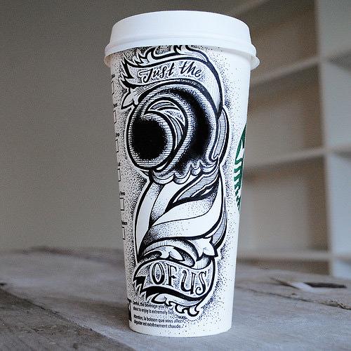 typografia na kubkach kawy