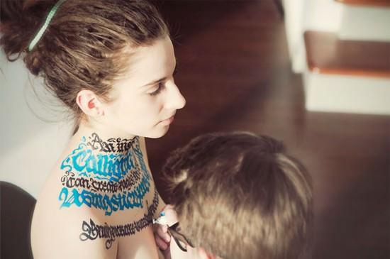 kaligrafia - proces malowania na ciele