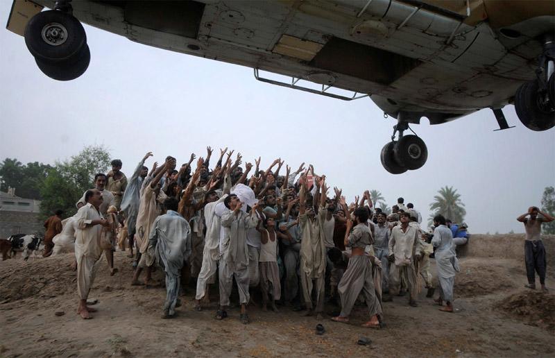 Pomoc humanitarna z helikoptera