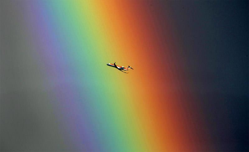Samolot na tle tęczy