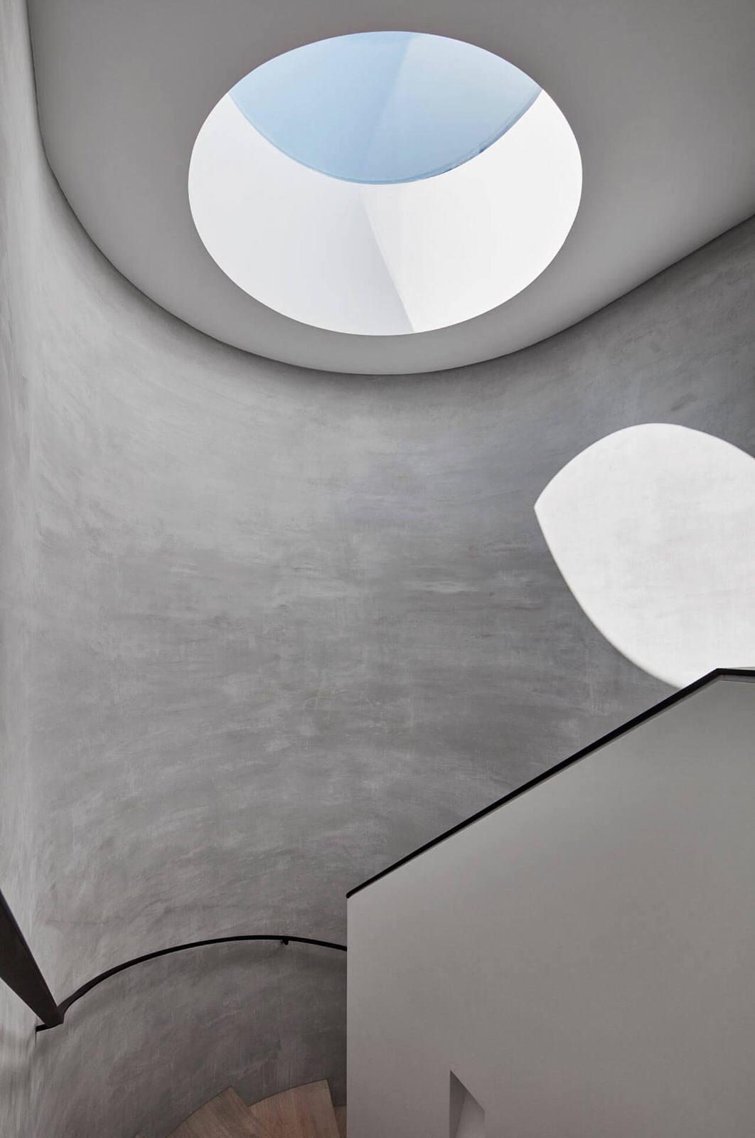 schody zabiegowe ze świetlikiem w dachu