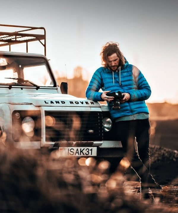 Peter McKinnon portret z Land Roverem