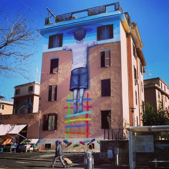 rzym-chlopak-na-kolorowej-drabinie-street-art